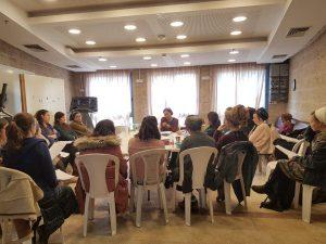 הרבנית רחלי פרנקל-שפרכר בשיעור לבוגרות